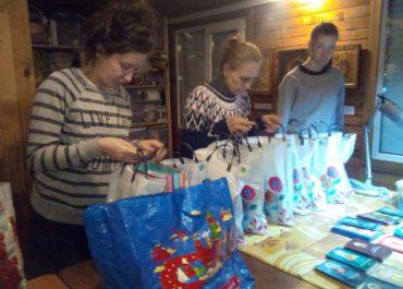 Добровольцы помогли оформить подарки для подопечных группы милосердия