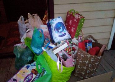 Нужна помощь добровольцев в расфасовке рождественских подарков